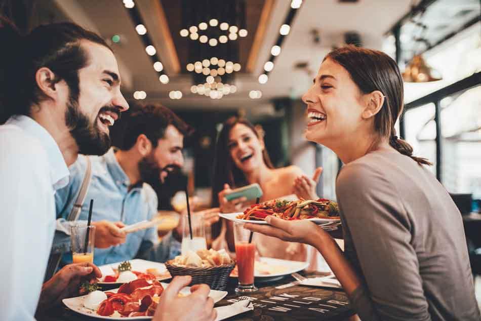 Clienti fericiti intr-un restaurant